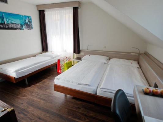 Hotel Alexander Family room 1